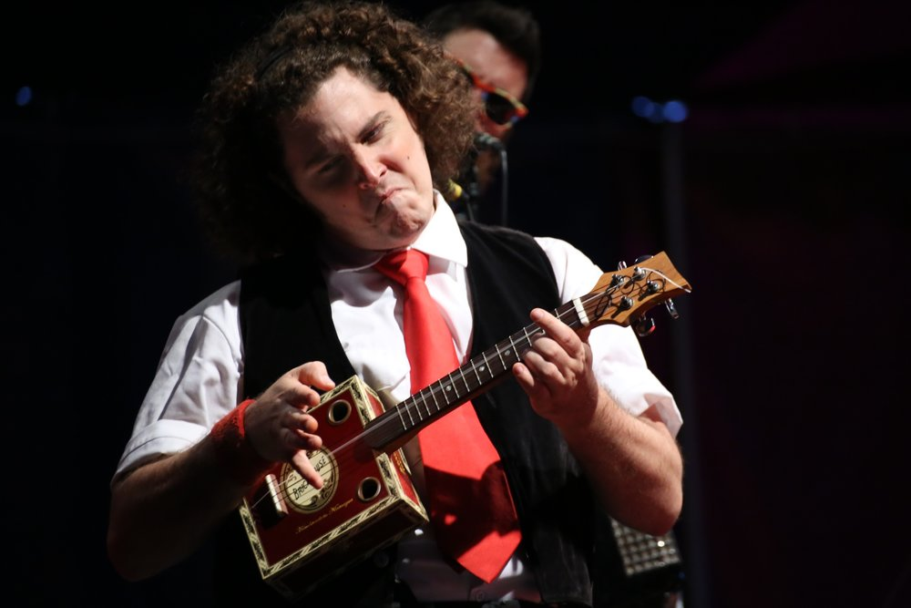 Sam playa ukulele in Midnight Circus ring