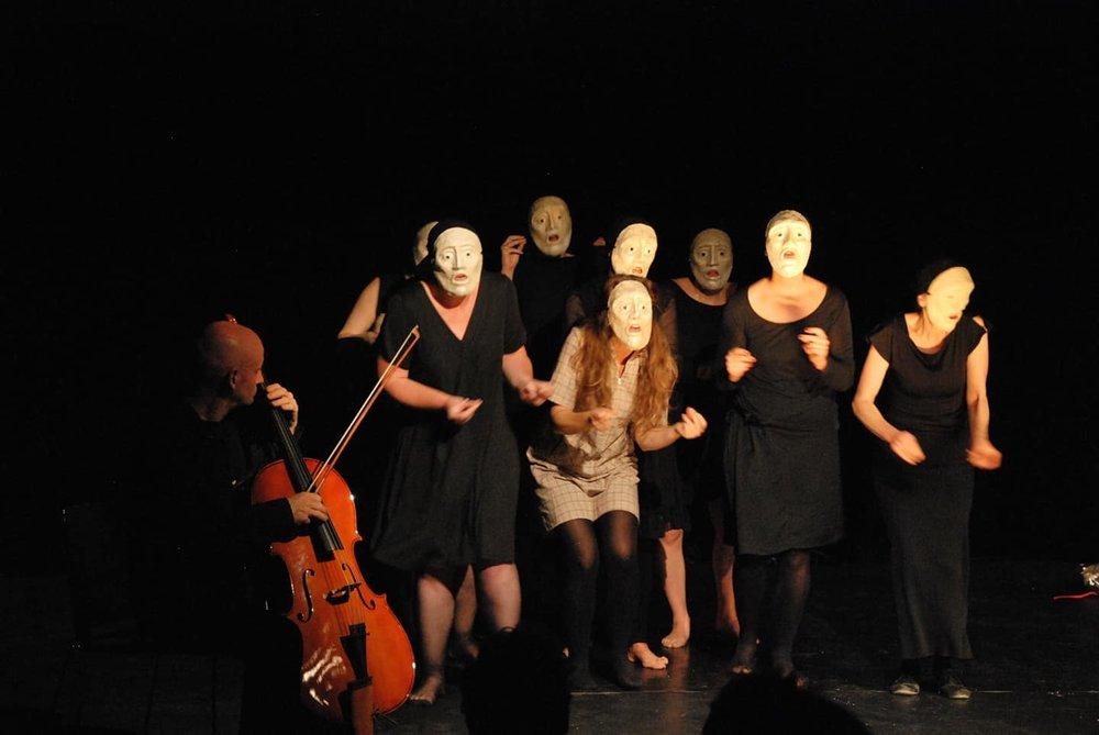 Medea choeur masqué - mise en Scène Khadija el Mahdi - rencontre des créateurs de masque 2018 - théâtre Mouffetard