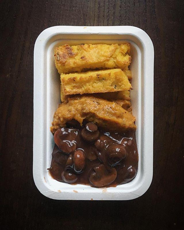 E os últimos kits do ano foram assim; até as caixas da @vegware @triecologic ficam bem aqui ♥️: ☞ ragout de cogumelos com Porto, tomilho e alecrim, purê de abóbora e polenta ☞ salada morna de batata doce, feijão verde, feta e hortelã ☞ pasta alla pomodoro ☞ hambúrguer de lentilhas, sala, cominhos e alecrim com legumes assados no forno ☞ brás de legumes  Foram os últimos de 2018, daqui a duas semanas há mais ✨obrigada