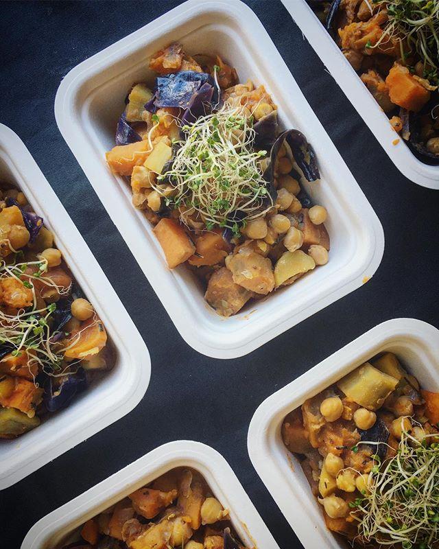 PT // EN  Esta semana foi assim: ☞ estufado de grão, batata doce, alecrim e miso ☞ dal negro (da incrivel @we_are_food ) ☞ puré de cherovia, cenoura e maçã com feijão, alecrim e pimenta rosa ☞ alho-francês à brás ☞ Quinoa malandrinha com abóbora, cogumelos, bagas e parmesão de caju  O menu da próxima semana já está online - ver último post. Link no perfil para fazerem as vossas encomendas até amanhã ♥️🔥 This week was like this: ☞ chickpea, sweet potato, rosemary and miso stew ☞ black dhal (from the amazing @we_are_food ) ☞ parsnip, carrot and apple pure with red pepper and rosemary navy bean salad ☞ Portuguese-style potato, egg and leeks hash ☞ quinoa porridge with squash, mushroom, berries and cashew parmesan  Next week's menu is already online - DM or email us if you want to know more info! ♥️🔥