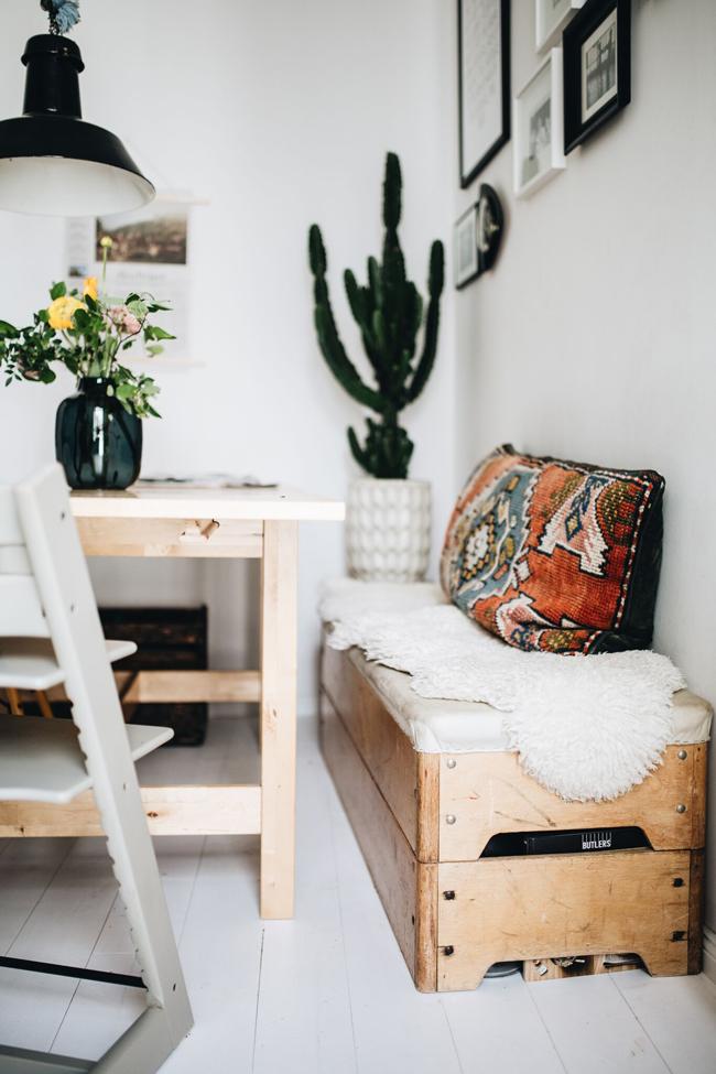 Die Küchenbank ist ein alter Turnkasten, das Porzellan geerbt, die Konstruktion mit den Hängelampen selbst gebaut.