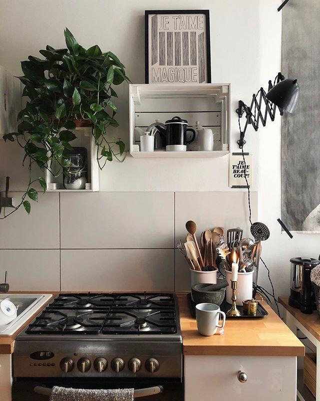 Guten Morgen! Ich wünsch euch ein schönes Wochenende! Freu mich auf eine kleine Bummelrunde, auf Pflaumenkuchen und einen Film heute Abend. Habt ihr einen Tipp? Ich dachte vielleicht Tully. Oder Transit? 🕶🍁🍿 [Werbung, weil Marken erkennbar und Titel genannt] * * #holdthemoment #hygge #simplepleasures #calmversation #kitchen #slowlived #solebich #germaninteriorbloggers