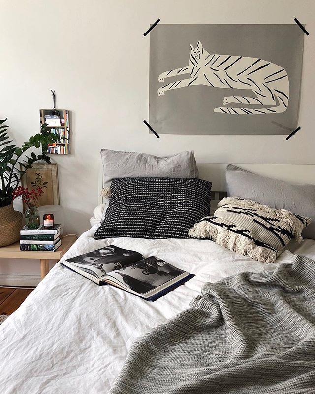 """Sowas von bereit für ein strunzfaules Wochenende. Vielleicht mach ich mal wieder Zimtschnecken. Vielleicht gucke ich """"Bodyguard"""" weiter. Vielleicht fangen wir gemütlich an, die Adventskalendertüten zu basteln. Vielleicht sumpfen wir auch einfach nur rum. Und ihr? Habt's schön! [Werbung, weil Marken erkennbar] * * #bedroom #bedroomdecor #cozyhome #hygge #simplepleasures #calmversation #germaninteriorbloggers #solebich"""