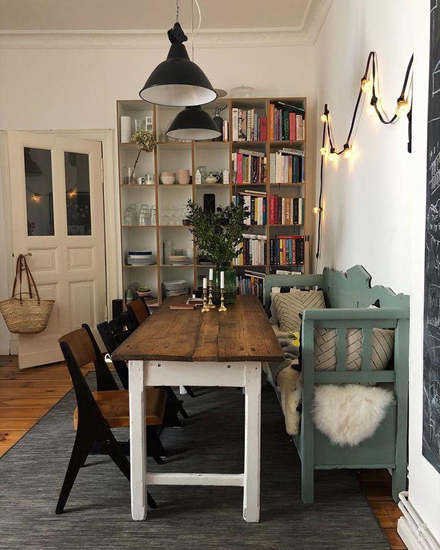 Neuer Lieblingsort: die salbeigrüne Küchenbank. Lange gesucht, endlich gefunden. Habt einen schönen Tag! ☕️🍪 [Werbung, weil Titel bzw. Marken erkennbar und Verlinkung, alles selbstgekauft] * * #littlestoriesofmylife #interior123 #interiorinspo #solebich #cozyhome  #interior #interiordesign #myhyggehome  #apartmenttherapy  #slowliving #interiorinspo #germaninteriorbloggers #kitchen #kitchendesign #kitcheninspo