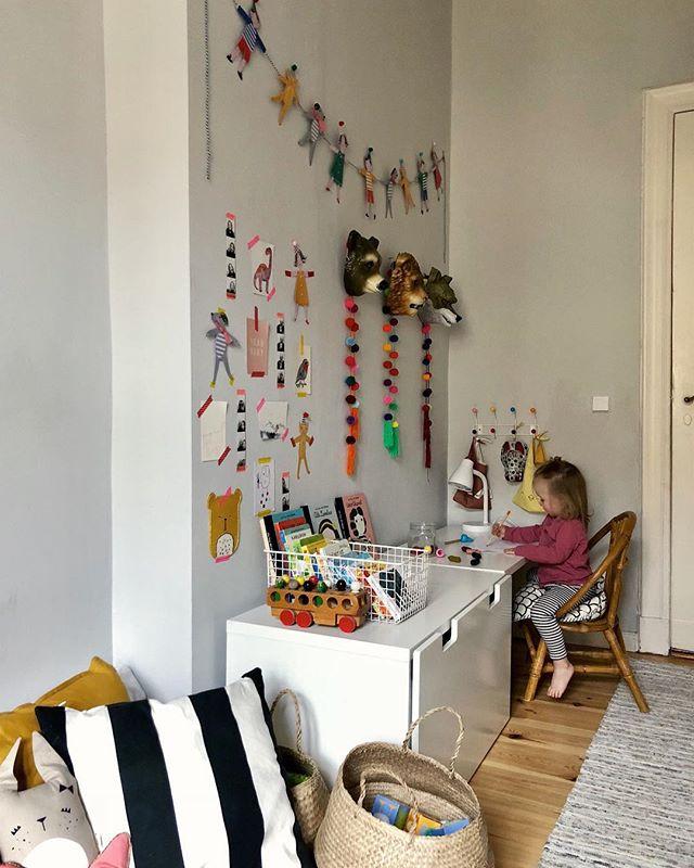 Seid ihr schon in Weihnachtsstimmung? Wir backen gleich die ersten Kekse, die Xmas-Playlist läuft und so langsam fühlt es sich wirklich ein bisschen nach Advent an... 🎄🕯💫 #kidsroom #kidsroomdecor #interior #interiorinspo #cozy #kinderzimmer #littlestoriesofmylife #solebich
