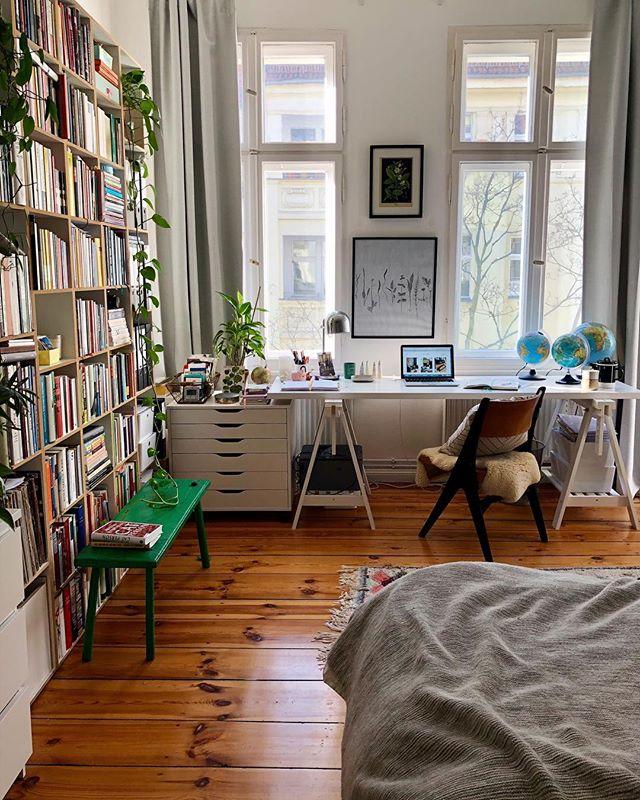 """Bereit fürs Wochenende. Haben auch schon Pläne gemacht: Schlittschuhlaufen (letztes Wochenende bin ich das erste Mal seit meiner Kindheit gefahren, wieso habe ich das nicht viel früher gemacht?!) und Kino (Fanny will gerne """"Checker Tobi"""" sehen). Und ihr? [Werbung, weil Buchtitel erkennbar] #homeoffice #schreibtisch #desk #cozyhome #altbau #homeinspiration #interiorinspo #solebich #interior"""