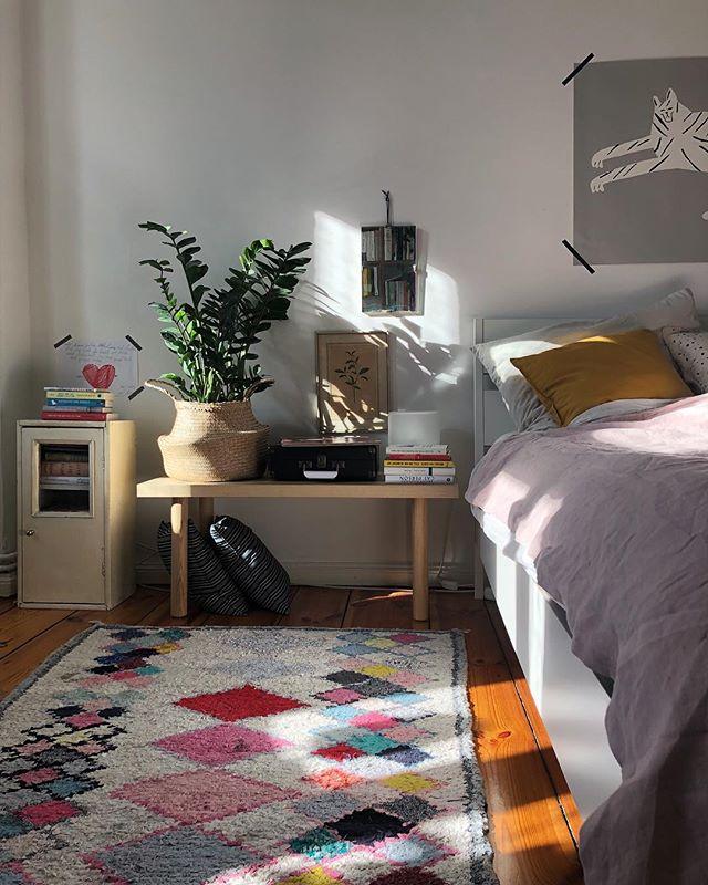 Freitag, Sonne, laut Musik an. Jaaaaa. [Werbung, weil Buchtitel erkennbar]. #homeinspiration #cozyhome #interior #bedroom #bedroomdecor #schlafzimmer #solebich