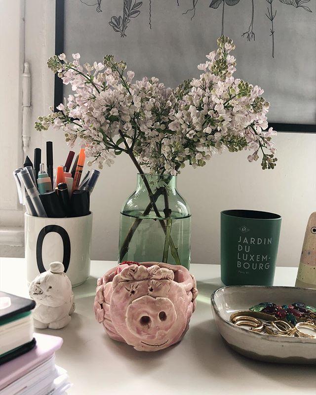 Lieblingsdinge auf meinem Schreibtisch: das Einohrschwein, das Zweiohrschwein, die Kerze aus Paris und ein Strauß Flieder. [Werbung, weil Marken erkennbar, alles selbst gekauft]. #germaninteriorbloggers #littlestoriesofmylife #lilac #deskdecor  #desk #pottery #fromwhereisit