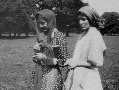 Virginia Woolf and Vanessa Bell in Firle Park in 1911.