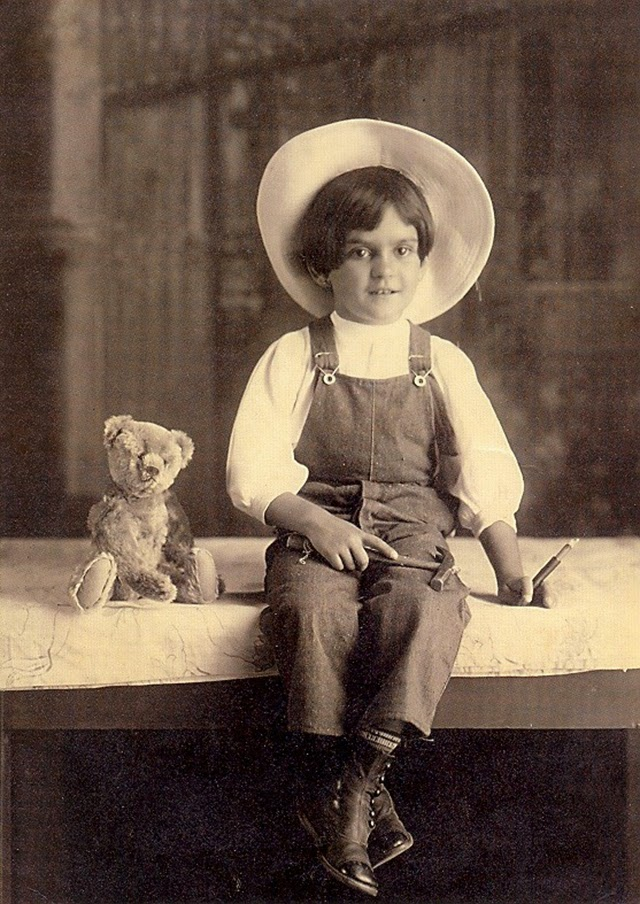 Frida, age 6, 1913. For this and other rare photos of her childhood,  Click here .
