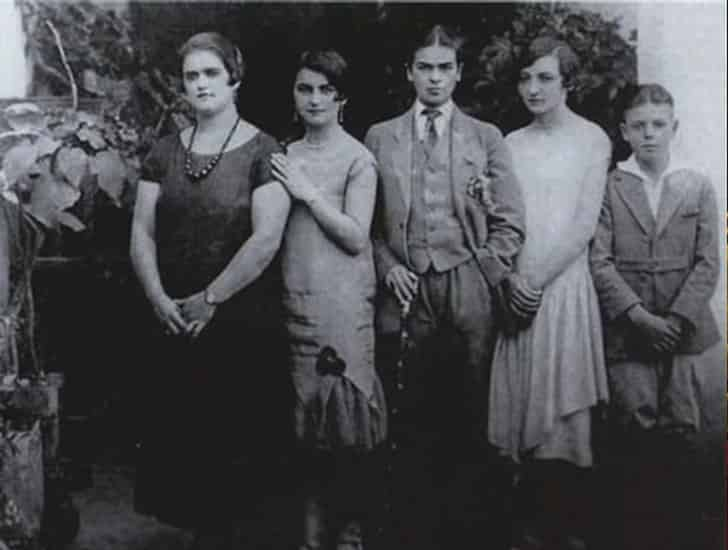 Frida (center) with her sisters and a younger male cousin, 1926. For this and other rare photos of Frida in the 1920s,  click here .