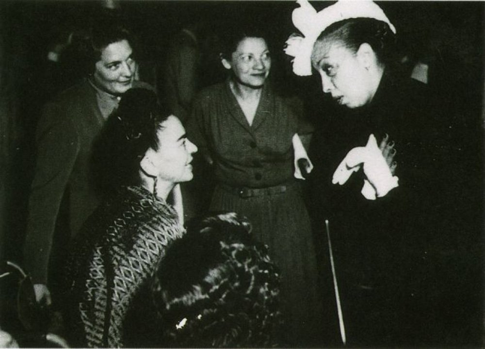Frida (Left) with Josephine Baker (Right) in paris, 1939.