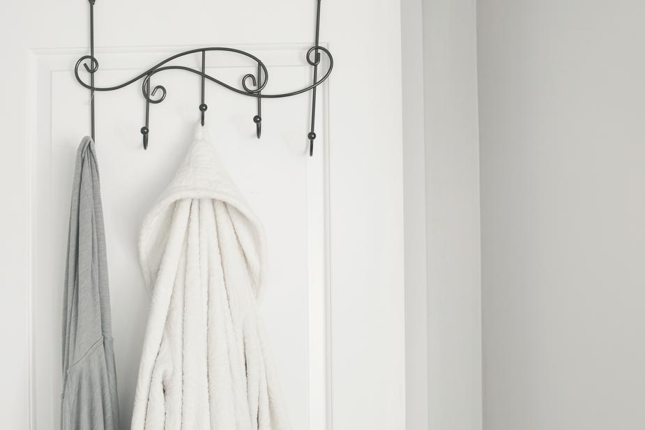 bathrobe-on-bathroom-door_925x.jpg
