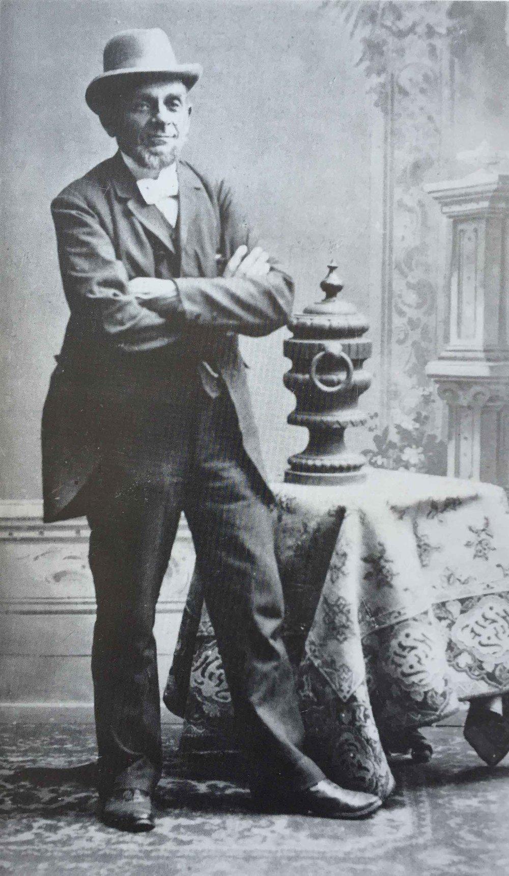 """1838Axel Broström - Axel Broström föds i Kristinehamn år 1838. 1865 inköper han sitt första fartyg – galeasen """"Mathilda"""". 1867 gör Axel sin första resa till Göteborg som skeppare på nyinköpta slupen """"Elise""""."""