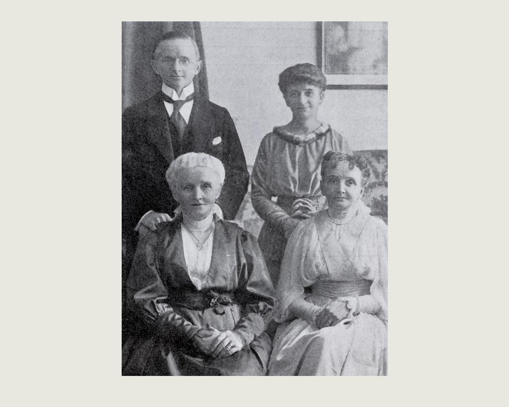 Dan, Karin, Elin med deras mor Mathilda Broström