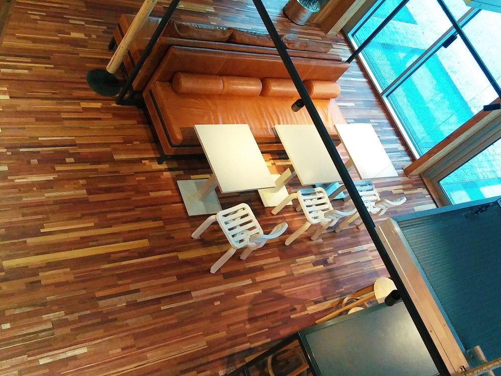 Vloer van resthout uit o.m. renovatie- en sloopprojecten