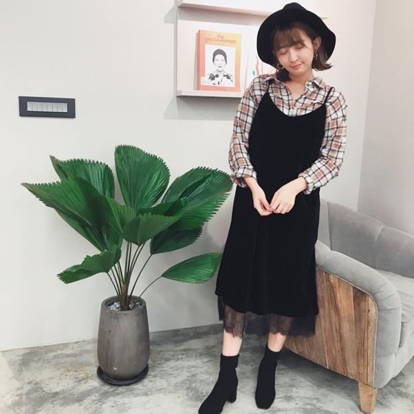 蕾絲點綴天鵝絨細肩帶洋裝+復古格紋長袖襯衫