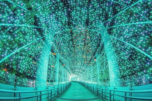 擁有全台最具規模的聖誕節系列活動  將延續到明年的1月1日  今年的耶誕城以帶著奇幻色彩的馬戲團樂園為主題  配合全球唯一360度3D立體光雕投影聖誕樹  將濃厚的聖誕氣氛填滿整個新北城市街區  其中掛滿聖誕燈飾的「藍色時光隧道」  彷彿來到了另一個時空  耀眼的光芒就像深夜裡最亮的星星  pic/ Taiwan People News