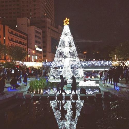 全國首棵水中聖誕樹在柳川藍帶水岸邊點亮夜晚的街道  聖誕燈飾點綴的裝置藝術也讓水岸步道更加迷人  結合台灣文創和北歐風格的聖誕市集  妝點成擁有生活感的浪漫空間  pic/ walkerland @coolmac