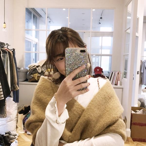 柔棉透肌感捲捲邊上衣  + NO,074甜心垂墜毛球夾式耳環 + 韓國暖冬麻花純色流蘇圍巾