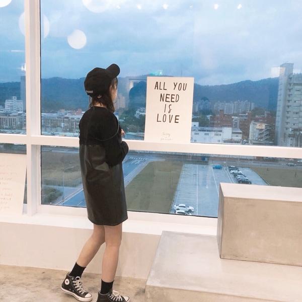 率性質感假二件式仿皮革洋裝 + 微甜小女人磨毛感坑條短裙 + 韓國舒適自在捲邊中筒襪 + 韓國A英文字母棒球帽