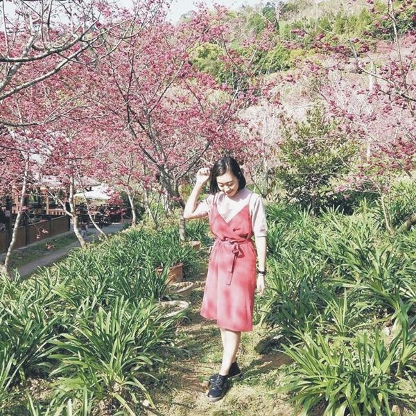#麂皮質感細肩帶綁帶開衩洋裝 + #經典質感圓領針織上衣 材質真的很舒服❤ 新品總是很燒很燒🔥🔥🔥 看完直播 買上下訂單😂 很喜歡這套非常有春天氣息的感覺😍 _Charlotte Kung