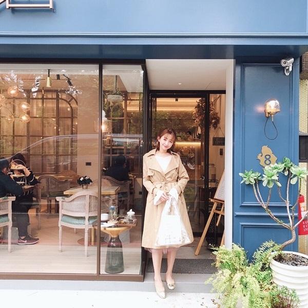百搭微透肌捲邊粗針織上衣 + 甜美細微閃晶雙層紗裙 + 英倫感長版風衣外套
