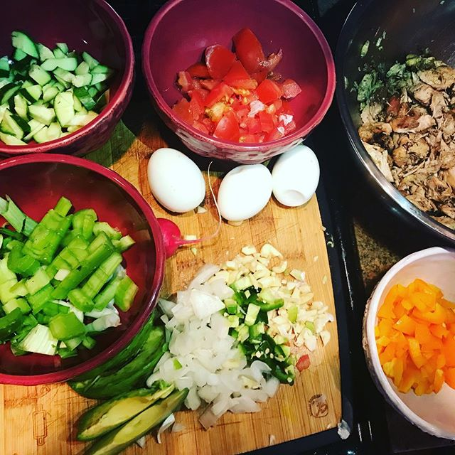 This chopped chicken salad is a perfect summer meal for endocannabinoid balance. Organic, omega-3 eggs and avocados provide fats that are essential for endocannabinoid production and help to activate the anti-inflammatory CB2 receptor, the key to a healthy metabolism. Veggies contain phytonutrients that activate the body's immune system and antioxidant capabilities and protect us from chronic disease. Together, these paleo friendly ingredients pack a mighty punch of #cannabinoiddiet greatness and a huge flavor to boot. A little #extravirginoliveoil and #lemonjuice to top it off and you have yourself a little piece of salad perfection😍🥗 #cannabinoidfoods #foodstagram #healthy #paleo #lifestyleblogger #healthyliving #healthyfats #healthyfood #salad #choppedchickensalad #sugarfree #prevention #antiinflammatoryfoods #nutrition #nutritionist #endocannabinoidsystem #endocannabinoidbalance