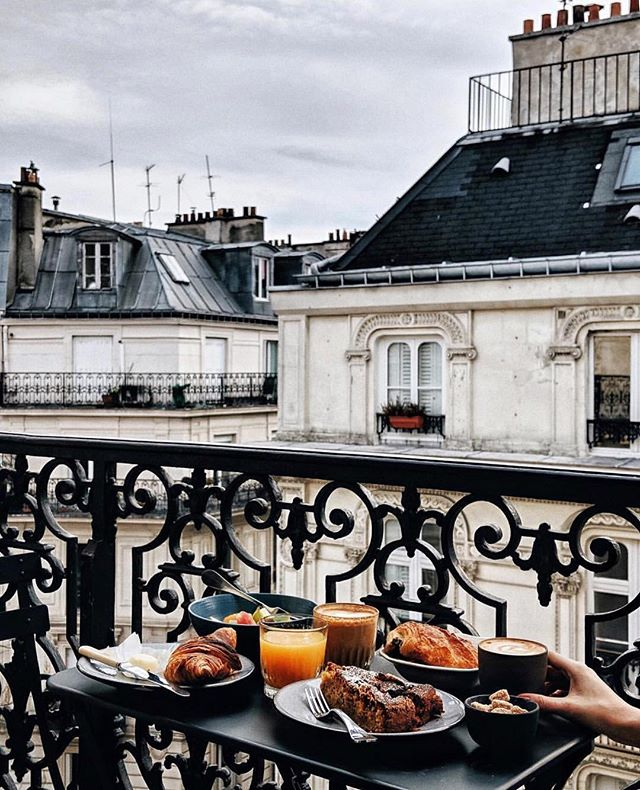 Breakfast on Parisian rooftops… does it get any better? 🥐☕🥞✨ 📸: @heydavina