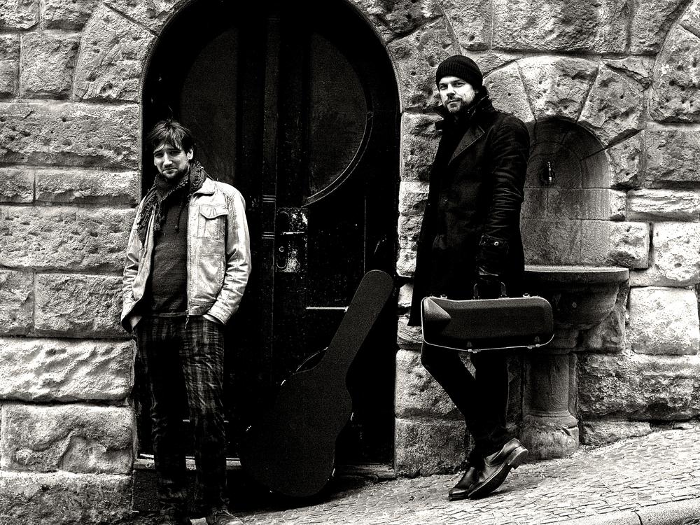 Duo a Mano - Bar JazzWestern Gitarre meets Trompete. Ein kleines, feines Duo, dass sowohl in Wohnzimmern, alsauch zu festlichen Anlässen eine wunderbare musikalische Untermalung bietet.