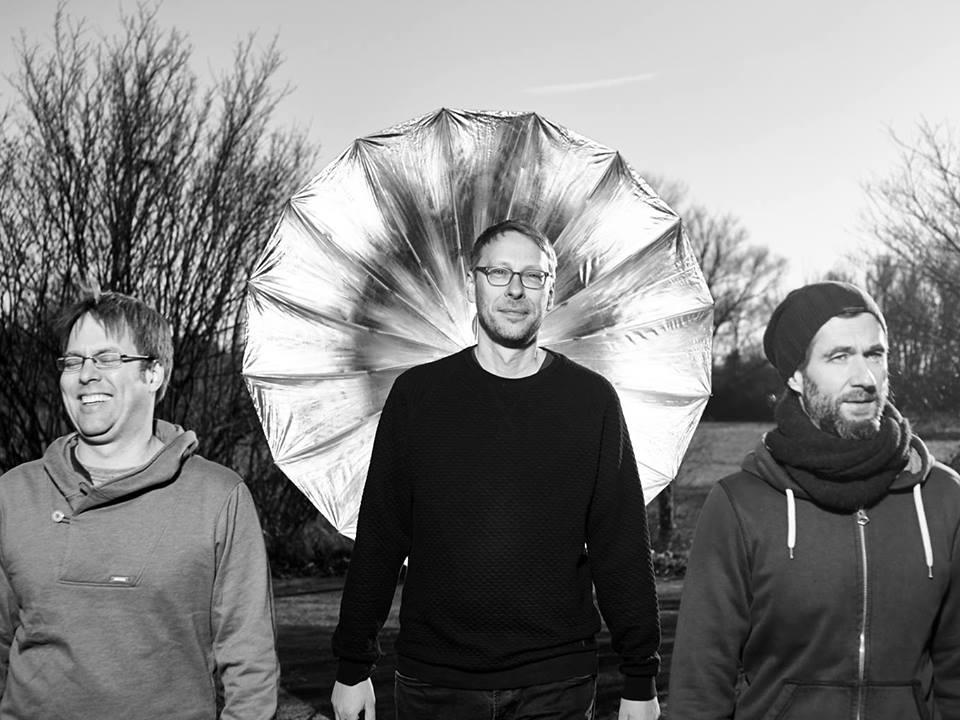 Matthias Vogt Trio - Electro JazzDas Matthias Vogt Trio spielt seit Ende der 90er Jahre zusammen und hat in dieser Zeit einen gemeinsamen Sound entwickelt. Dabei hat es nie gereicht, sich auf altbewährtes zu verlassen, sondern es war essentiel ihr Repertoire und auch ihre Farbpalette ständig zu erweitern.