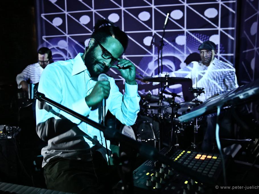 Team Davis - Future Soul & Deep HouseGeorge Davis, charismatischer Sänger und Multiinstrumentalist, Computerbezwinger und Rampensau, trifft in Benno Sattler - the Human Drum Machine, von FraudLab.Co auf einen kongenialen Musiker. Stimme, Keyboard, Computer, Drumset. Konzert war gestern - das hier geht so...