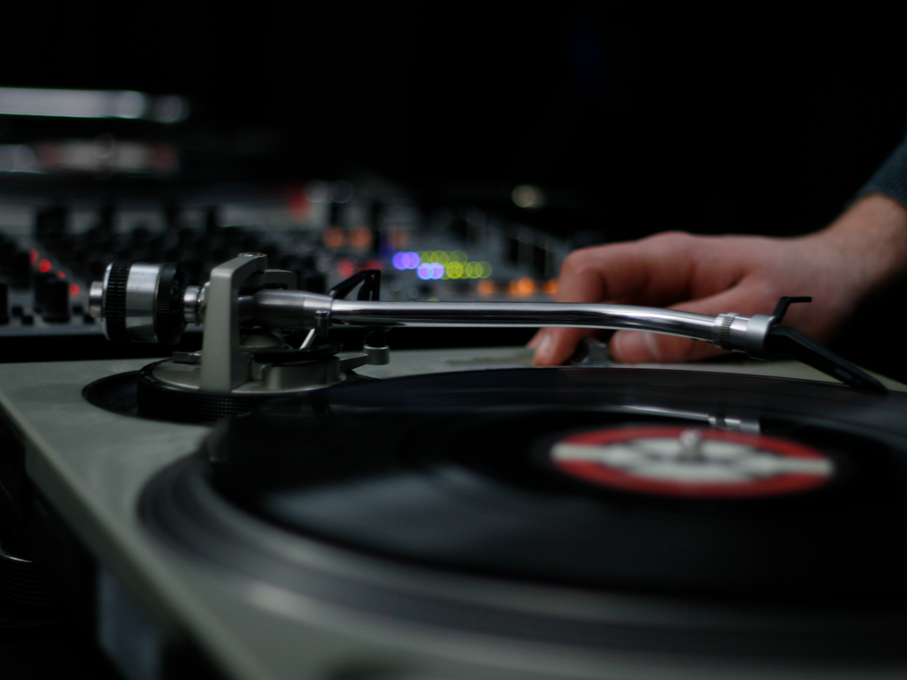 DJ Plus - DJ Live-SetDJ Plus ist Interaktion zwischen Live Performance und einem DJ. Inspierende Vokalisten und Instrumentalisten singen bzw. spielen live zum DJ und setzen besondere Akzente auf jedem Event. Von Bar Jazz bis hinzu Top 40 und Classics ist eine sehr grosse musikalische Bandbreite abdeckbar.