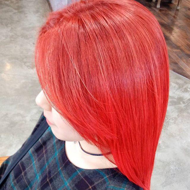 Beautiful deep red color❤ by Jina . . . 6개월전 검은색으로 염색하셨던 손님께서 오늘 탈색 후, 강렬한 레드칼라로 염색하셨어요 :)