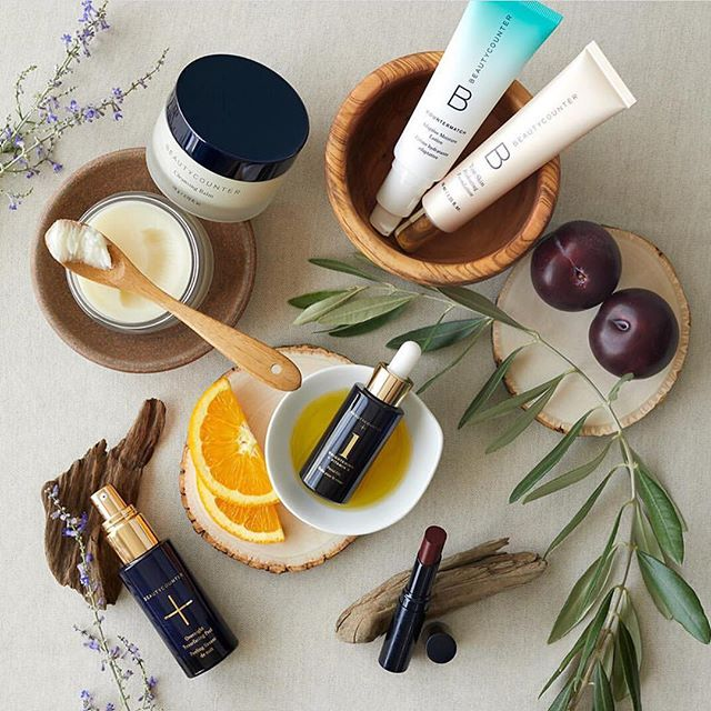 Fall is here and many of us are back to settling in to a routine. The kids are heading to school and it's time to make sure your personal care routine is safer and in check too! Here are a few of our favorites for Fall. ➕ The Countermatch Adaptive Lotion (amazing for everyday moisture and dry skin!) ➕ The Overnight Resurfacing Peel (helllooo soft, refreshed skin) ➕ #1 Brightening Face Oil ➕ Tint Skin Foundation ➕ Cleansing Balm (a huge, powerhouse product!). Curious about where to start? Let's get you hooked up with a consultant. DM us now or comment below! . . . #backtoschool #naturalmakeup #livebetter #dobetter #wellness #healthyliving #livewell #makeup #skincare