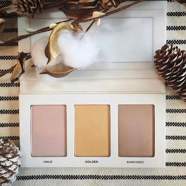 """Who else loves a good highlighter 🙋🏻♀️ or maybe you're never used one and you're curious?! Highlighters are like that perfect Instagram """"glow"""" filter that you get to wear all day long. We offer many different types of highlighters and bronzers in both creams and shadows. Including the gorgeous First Light Holiday Palette shown here! Check out our stories for more on using and highlighters and our different options. To shop- head to the link in our profile or reach out with questions! . . . #saferbeauty #nontoxicbeauty #nontoxicmakeup #healthyliving #wellness #makeupartist #naturalbeauty #highlighterpalette"""