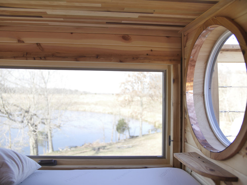 Honey On The Rock - Loft Bed with Round Windows