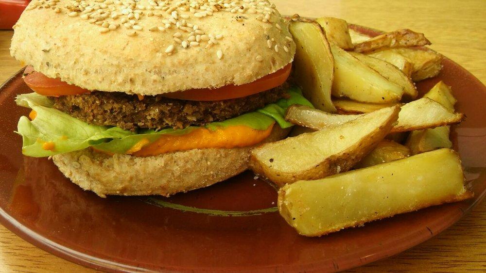 Hamburguesa de lenteja, arveja, garbanzo o porotos colorados  en pan integral con semillas, mayonesa de zanahoria, lechuga y tomate + guarnición de papas al horno.  Simple $100 y Doble $120!
