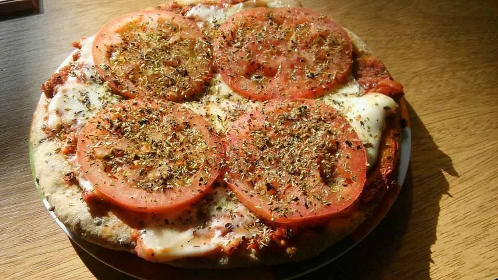 Pizzas integrales  con semillas, queso muzzarella o queso vegano, rodajas de tomate, rucula, etc... Grande común $120, grande especial $150. Chica común $65, chica especial $80.