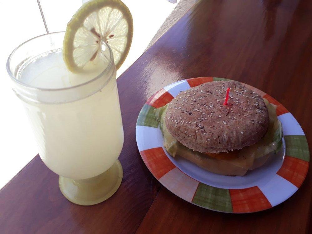 🥪Sandwich de pan integral con semillas, lechuga, tomate, queso y mayonesa de zanahoria.  🍋Vaso de limonada.  A sólo💲60 !