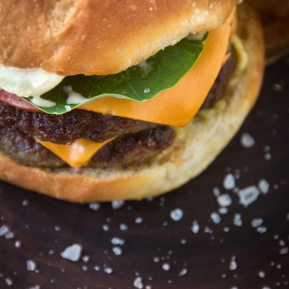 O hambúrguer - Totalmente produzido no Butiá com insumos locais, nosso hambúrguer já é um clássico. Servido sempre a partir das 16:00.R$ 48