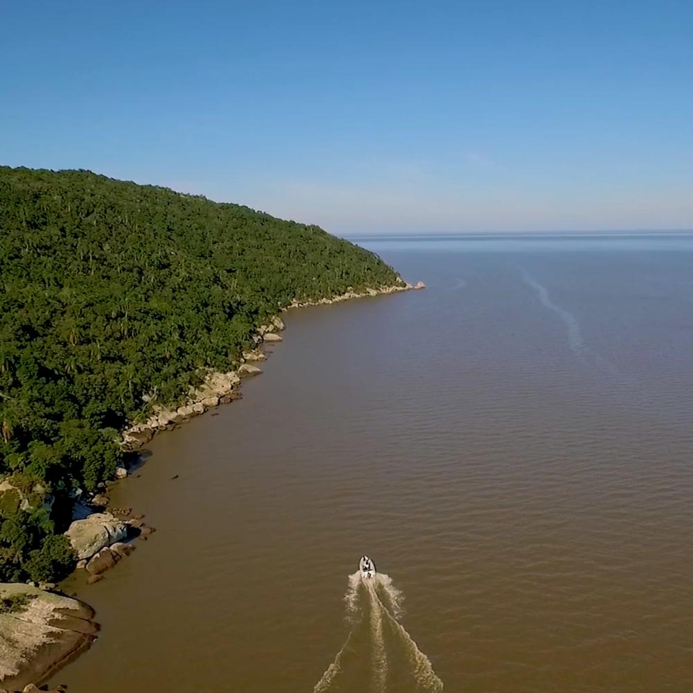 O Barco - Descubra o encontro do Guaíba com a Lagoa dos Patos e o últimos resquícios de Mata Atlântica da região metropolitana em uma embarcação moderna, rápida e segura.R$ 90 por pessoa (uma hora de duração)
