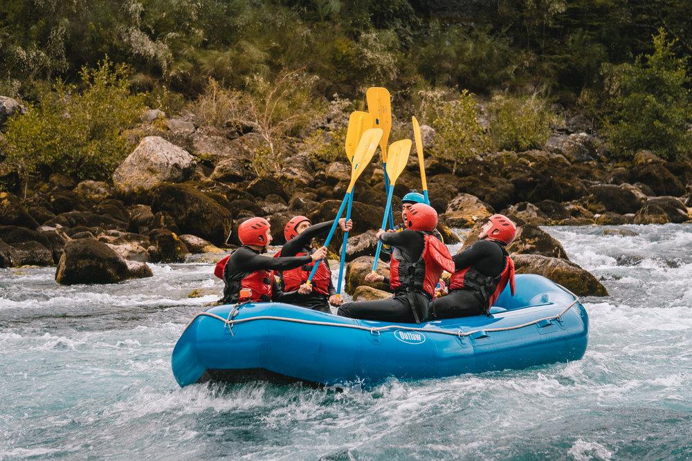 - Día Rafting EmpresasUna de las más emocionantes maneras de conocer la belleza de los Andes es descendente de sus ríos en balsa Más que una actividad es una experiencia que difícilmente puedas olvidar