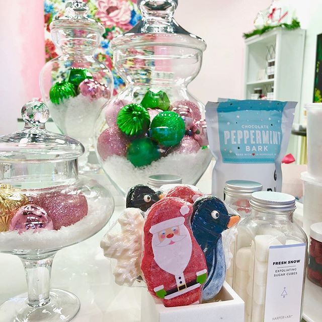 Tell Santa everything you want is at @divinesugarlv 😍at Tivoli Village! 🎄🌺🎄🌺🎄🌺 Sweets, Treats & GORGEOUS Gifts! * * * #candyshop #candy #candyshoppe #candylicious #chocolate #champagnegummybears #cottoncandy#tivolivillagelv #tivolivillage #howtotivoli #summerlin #summerlinlv #vegas #lasvegas #vegaslocal #vegaslocals #vegaslife