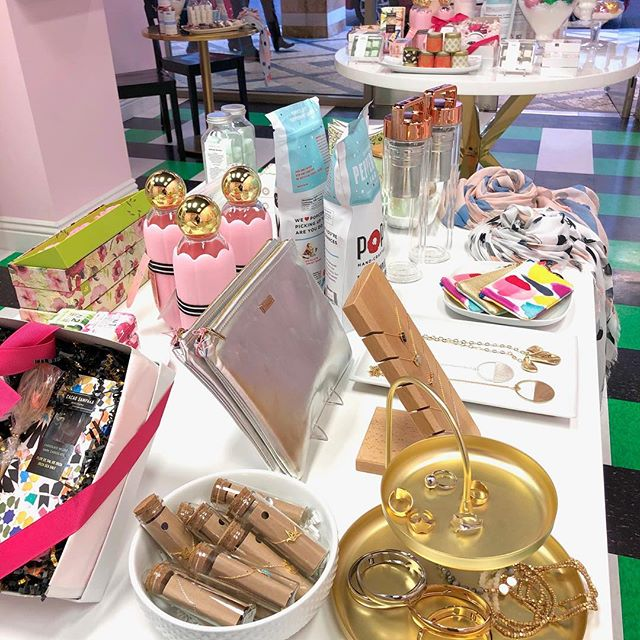 GORGEOUS gifts 🎁 at @divinesugarlv!Select from soaps, scrubs, jewelry and of course 💕CHOCOLATE 💕to make the perfect gift box! 🎄🎁🎄🎁🎄🎁🎄🎁🎄 These are gifts to swoon over!XOXO💋 * * * #candyshop #candy #candyshoppe #candylicious #chocolate #champagnegummybears #cottoncandy#tivolivillagelv #tivolivillage #howtotivoli #summerlin #summerlinlv #vegas #lasvegas #vegaslocal #vegaslocals #vegaslife