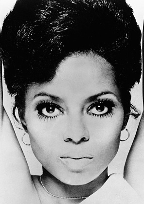 It was said that at her prime Ms. Ross made her eyes a statement by sporting top and bottom eyelashes! Yasssss!