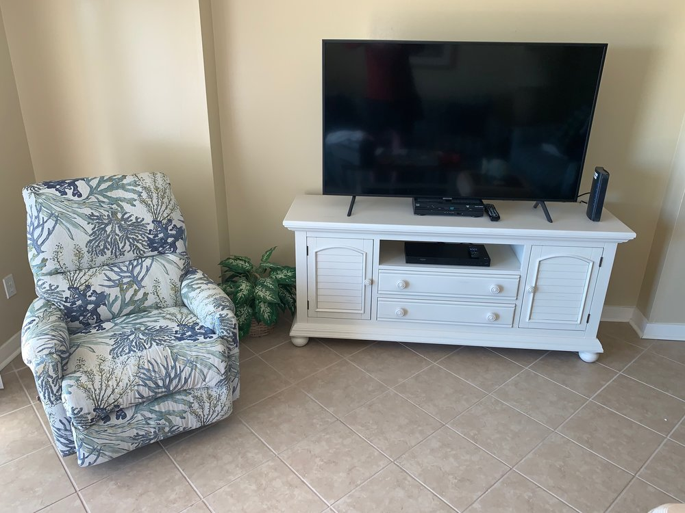 """LIVING AREA WITH 58"""" 4K LED SMART TV & RECLINER"""