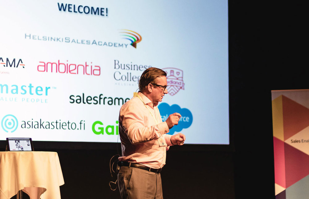 Olli Syvänen of Helsinki Sales Academy, hosting the event