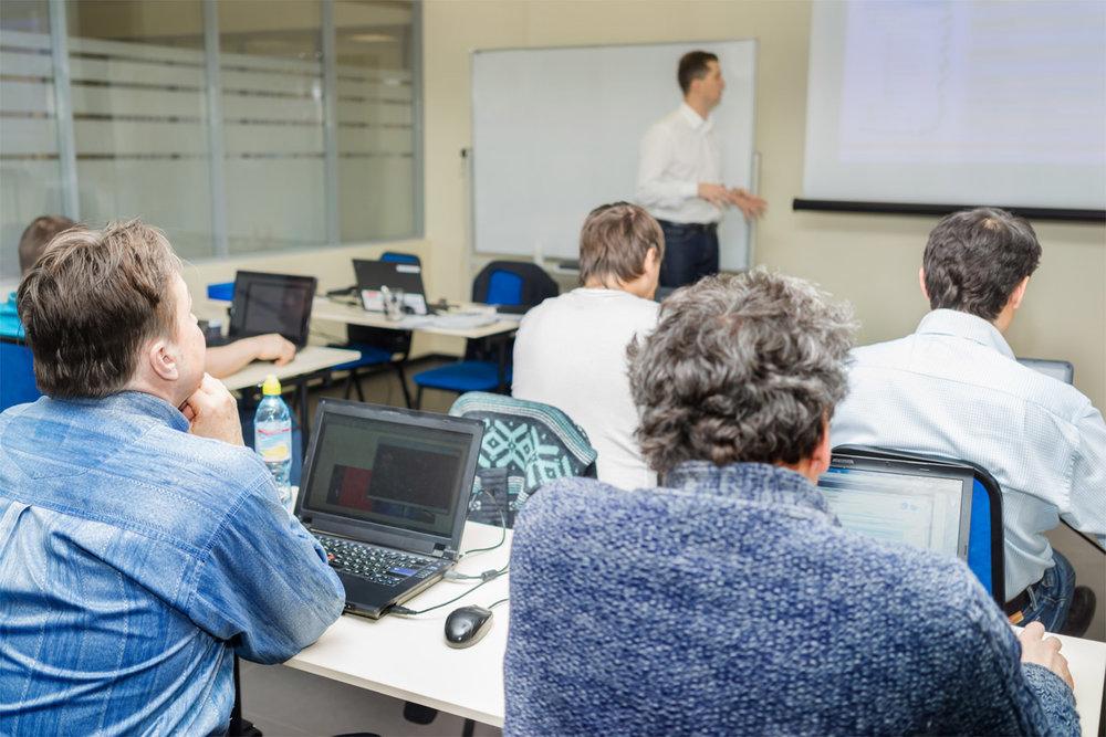 Training - Viele und stetig wechselnde Mitarbeiter in der Instandhaltung anspruchsvoller Produkte: Das heißt trainieren und immer wieder trainieren, da das Wissen nicht automatisch zwischen den Mitarbeitern weitergegeben wird.