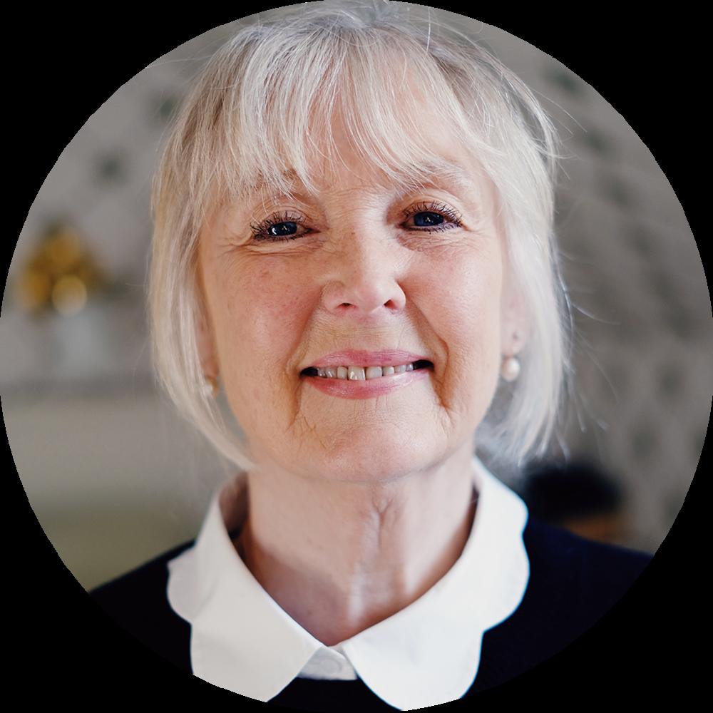 """Margit, 69 år, Falun. Diagnostiserad med Alzheimer.   """"Mina barn hjälper mig att komma ihåg vad jag ska göra. Jag oroar mig ständigt för att glömma bort viktiga saker. Jag är också väldigt glad för bilderna som barnbarnen skickar, som Katarina från hemtjänsten brukar visa mig""""."""